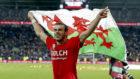 Bale con la bandera de Gales