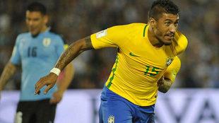 Paulinho celebra uno de sus goles en el Centenario.