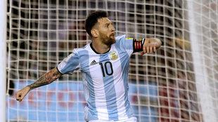 Messi celebra su gol de penal ante Chile.