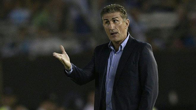 Bauza da indicaciones durante el Argentina-Chile.