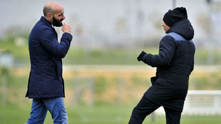 Monchi conversa con Sampaoli en la Ciudad Deportiva.