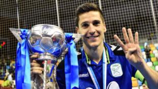 Carlos Ortiz posa con el título de campeón de Copa