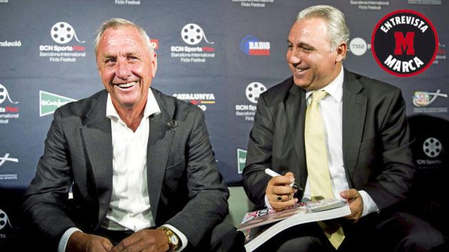 Cruyff y Stoichkov, sonrientes durante la celebración de un acto...