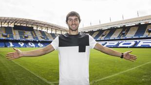 Pedro Mosquera posa para MARCA con el estadio de Riazor de fondo.
