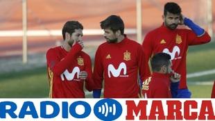 Ramos y Piqué hablan durante un entrenamiento