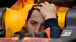 Ricciardo se atusa el pelo a bordo de su Red Bull.