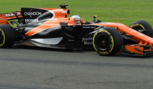 Fernando Alonso pilota su MCL32 en el circuito de Albert Park.