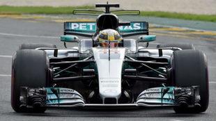 Hamilton pilota su W08 en Albert Park.