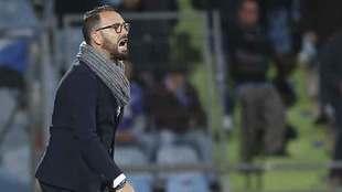 José Bordalás, dando instrucciones a sus jugadores en la banda del...