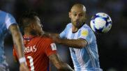 Mascherano y Vargas en el encuentro entre Chile y Argentina.