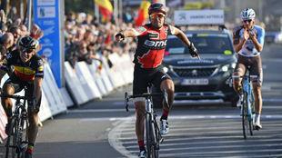 Van Avermaet celebrando el triunfo por delante de Gilbert y Naesen.