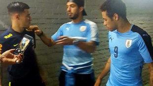 Neymar, con la '9' de Luis Suárez, dialoga con este y...