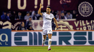 Lautaro Acosta celebra un gol con la camiseta de Lanús.