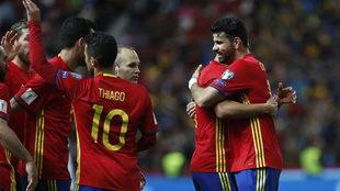 Diego Costa celebra su gol con sus compañeros.