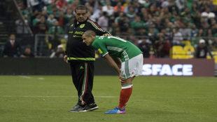 Chicharito sufrió molestias en el muslo derecho