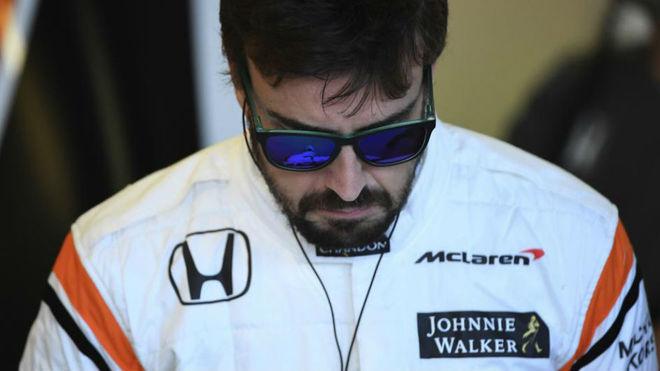 Alonso, cabizbajo en el box de McLaren Honda.