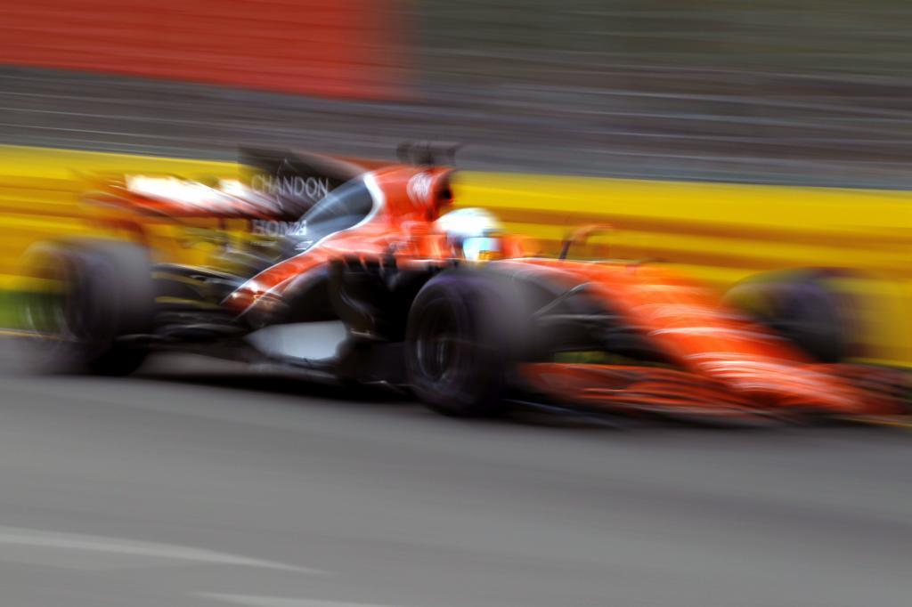 Alonso pilota su MCL32 en Albert Park.