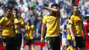 Los jugadores del Málaga se lamentan al acabar el encuentro en...