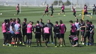 Los jugadores del Granada durante un entrenamiento.