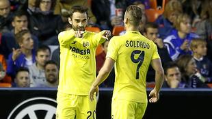 Adrián López y Soldado celebran un gol