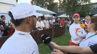 Hamilton hablando con Vettel