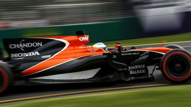 Alonso pilota su MCL32 en el circuito de Albert Park.