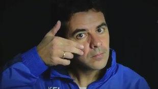 Michel, haciendo el gesto que apoya la lucha contra el cáncer...