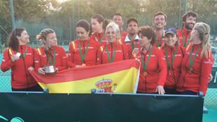 Los equipos españoles posan con sus medallas