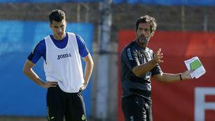 Marc Roca y Quique Sánchez Flores, durante un entrenamiento en la...