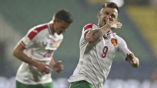 Delev celebra uno de sus goles a Holanda.