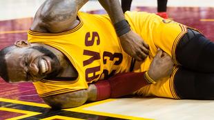 El dolor de LeBron James tras el tremendo rodillazo testicular de...
