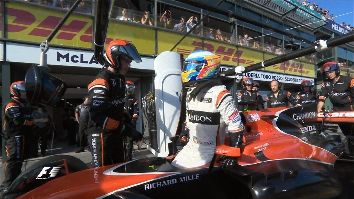 Alonso se baja de su McLaren tras abandonar la carrera a tres vueltas...