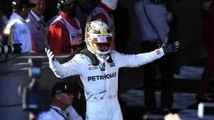 Lewis Hamilton, piloto de Mercedes AMG F1, celebra su segundo puesto.
