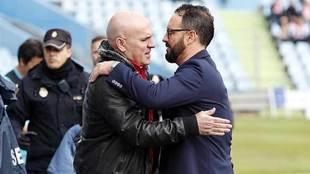 Luis César Sampedro se saluda con Pepe Bordalás antes del comienzo...