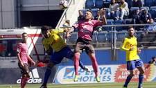 Carpio y Aarón Ñíguez saltan por un balón aéreo en el Ramón de...