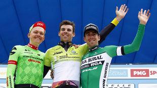 Calmejane, junto a Skujins y Rosón en el podio final de la Semana...