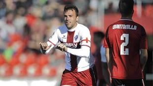 El capitán Carlos David celebra el segundo gol del Huesca en Anduva