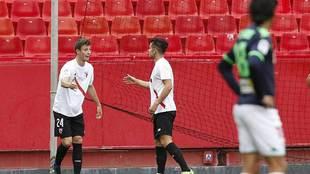 Marc Gual celebra con un compañero el tanto del Sevilla Atlético...