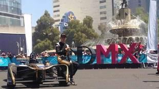 Esteban Gutiérrez posa con su monoplaza en la Diana Cazadora.
