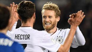 Hector y Sch�rrle celebran uno de los goles de Alemania ante...