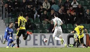 �ngel bate a Juan Carlos en su salida para abrir el marcador en el...
