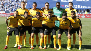 El once titular del Málaga posa en Butarque antes de medirse al...