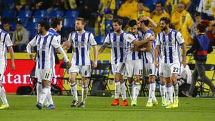 Los jugadores de la Real celebran un gol en el partido ante Las Palmas...