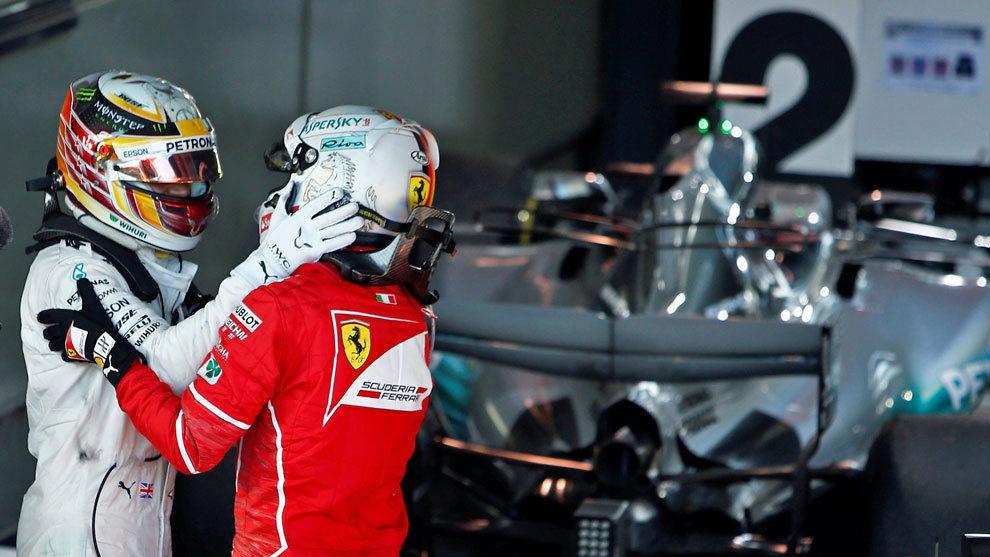 Hamilton felicita a Vettel tras su victoria en el Gran Premio de...