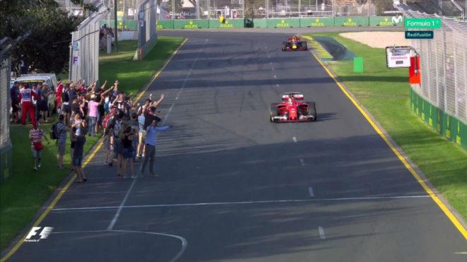 Decenas de espectadores invaden el circuito con los monoplazas aún en...