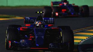 Carlos Sainz, delante de su compañero de equipo Daniil Kvyat.