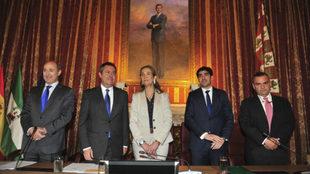 La Infanta Elena, junto al alcalde de Sevilla y el presidente del...