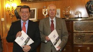 Iñaki Sagastume (derecha), con el presidente de la Diputación de...