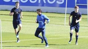 Agirretxe, a la izquierda, realiza ejercicios durante el entrenamiento...