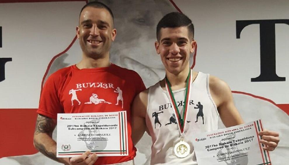 Andoni Domínguez, padre e hijo, con los diplomas